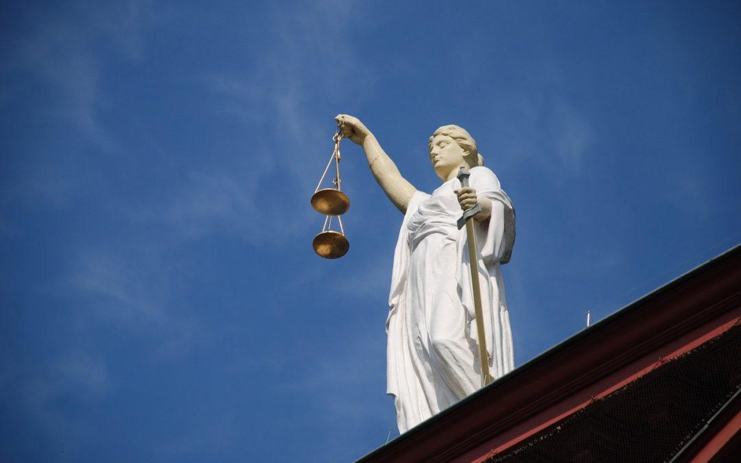 Jakie sądy być powinny, czyli podstawowe akty prawne
